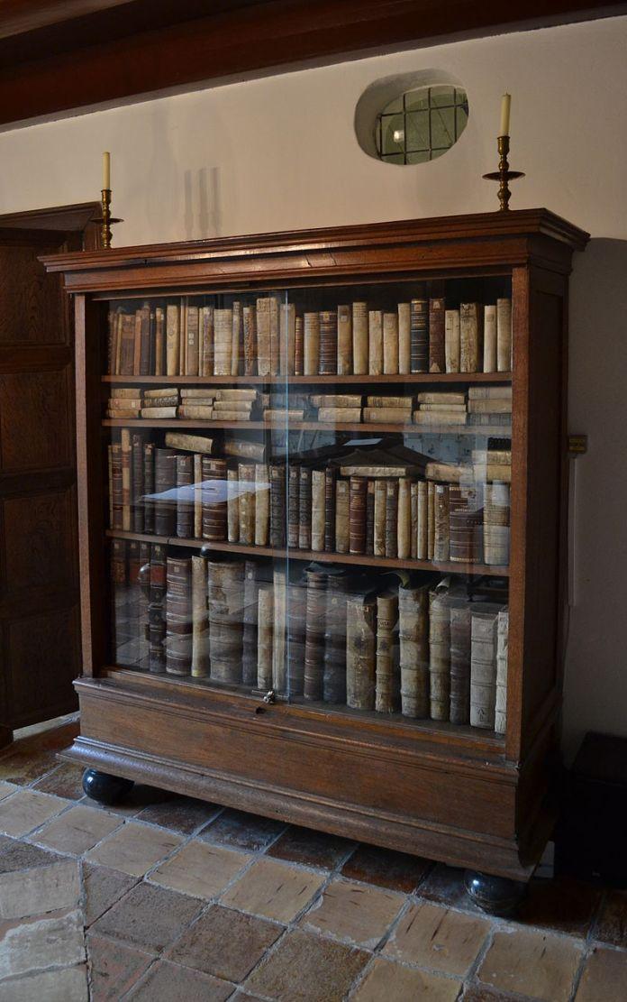 800px-Spinoza's_bookcase_in_the_Spinozahuis_Rijnsburg